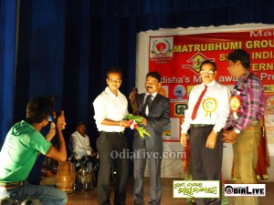 Mr.mrudu malay mohapatra receiving the best Website of the Year for Odisha